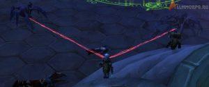 Повернитесь к пауку, чтобы остановить его атаку; после нейтрализации он должен стать прозрачным (справа)